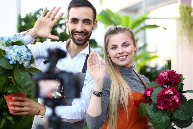 De jonge familie zegt hallo aan intekent royalty-vrije stock afbeelding