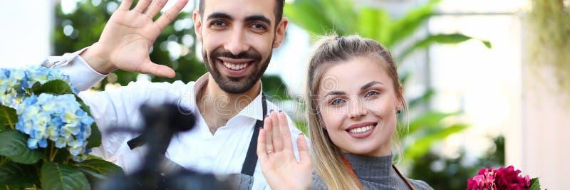 De jonge familie zegt hallo aan intekent royalty-vrije stock foto's