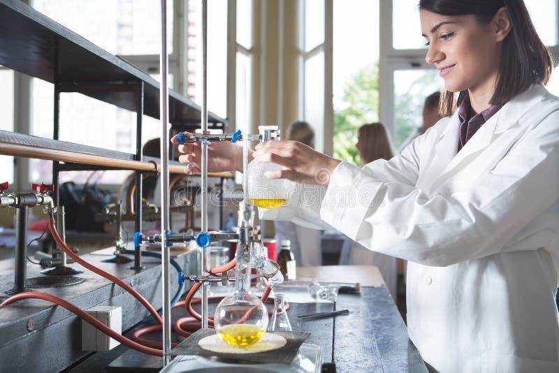 De jonge farmaceutische onderzoeker van de geneeskundeontwikkelaar ChemistUniversityprofessor van het vrouwengenie intern Het ont stock afbeelding