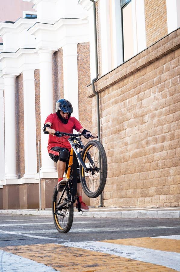 De jonge fiets van de personenvervoerberg royalty-vrije stock fotografie