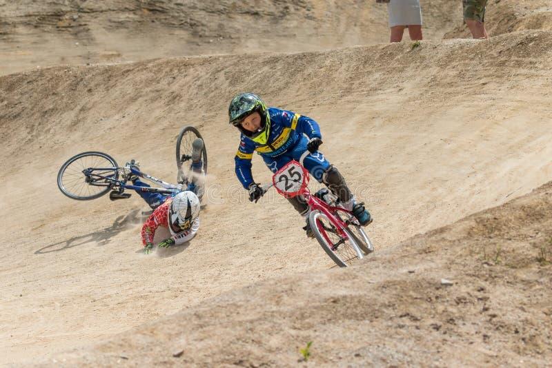 De jonge fietsraceauto valt in het ras stock foto
