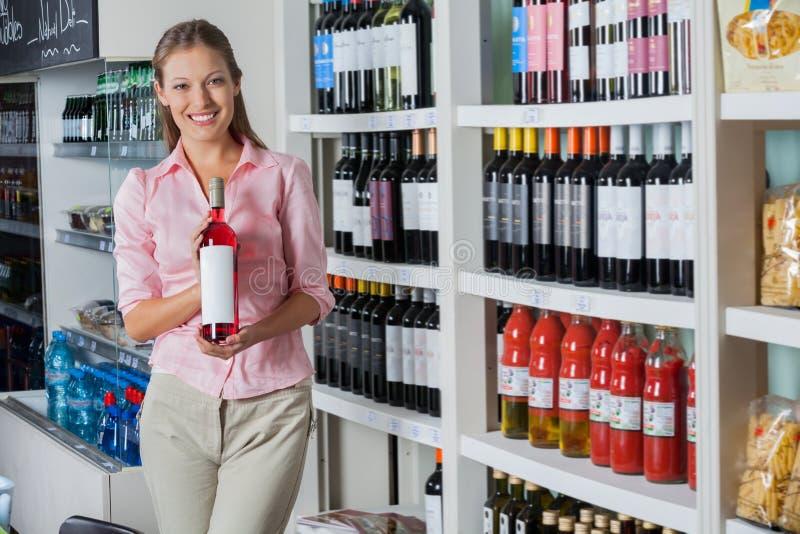 De jonge Fles van de Vrouwenholding Alcohol stock fotografie