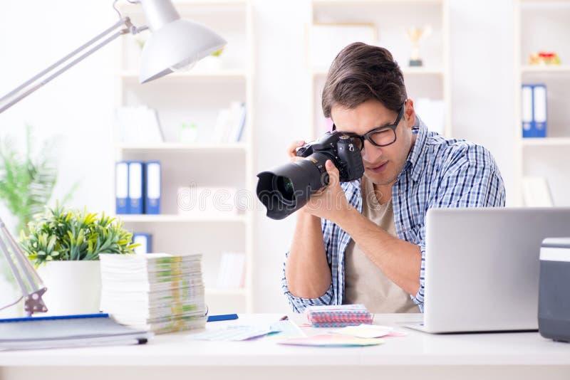 De jonge fotograaf die met zijn camera werken royalty-vrije stock afbeelding