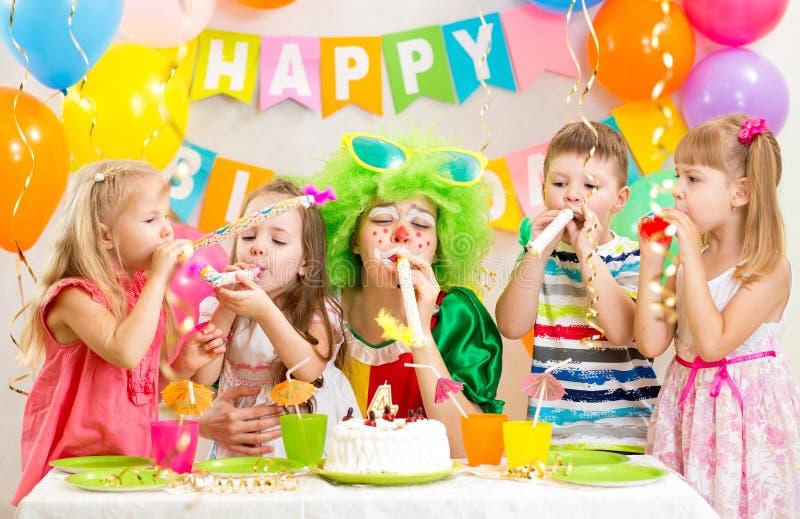 De jonge geitjes en de clown vieren verjaardagspartij royalty-vrije stock afbeelding