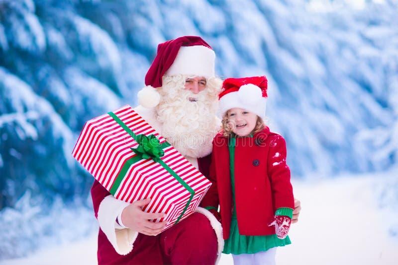 De jonge geitjes en de Kerstman met Kerstmis stellen voor royalty-vrije stock fotografie