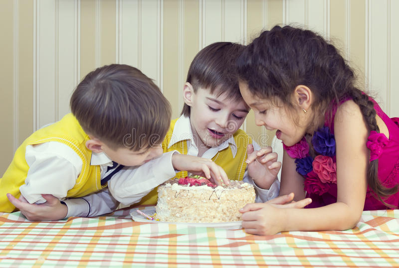 De jonge geitjes eten cake royalty-vrije stock foto's