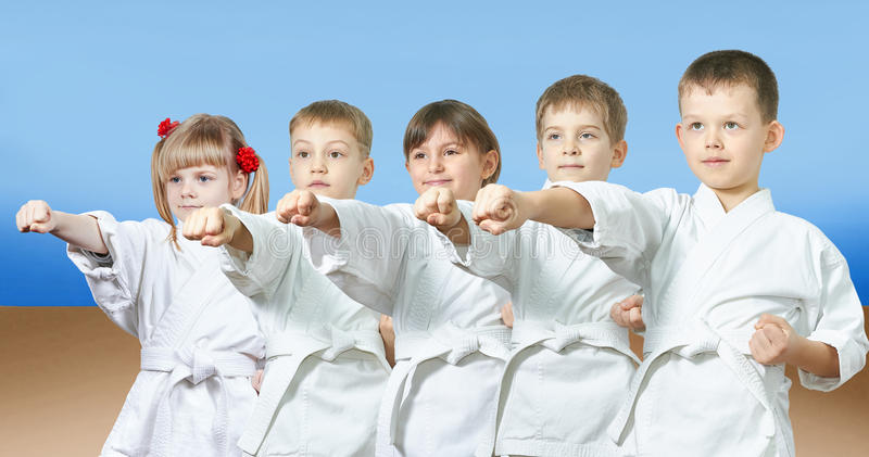 De jonge geitjes in karategi raken stempelwapen royalty-vrije stock fotografie