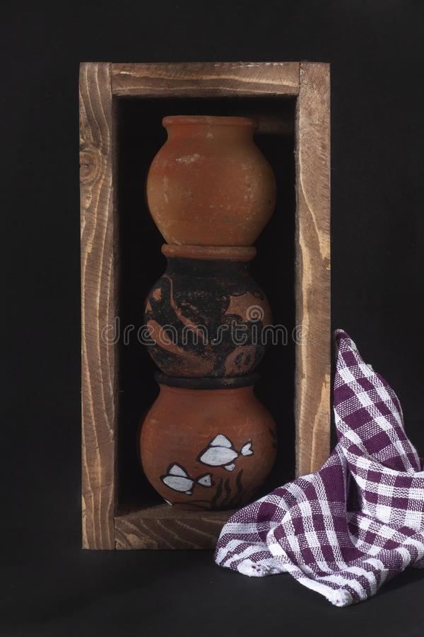 De jonge geitjes leiden tot een moderne aardewerkdoos royalty-vrije stock foto