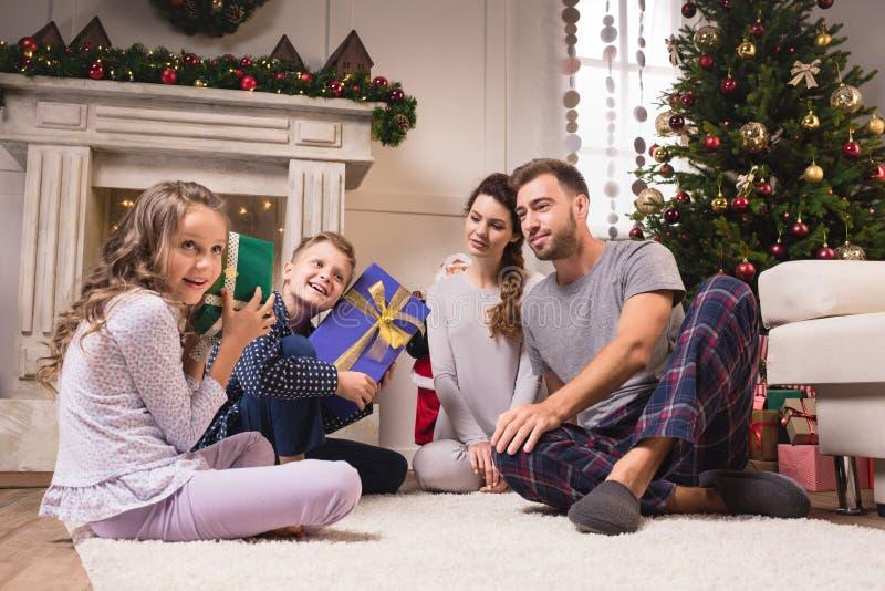 De jonge geitjes met Kerstmis stelt voor stock foto