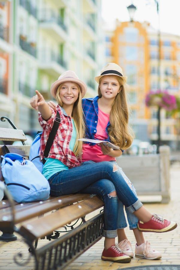 De jonge geitjes onderzoekt de afstand Toerisme en vakantieconcept royalty-vrije stock afbeeldingen