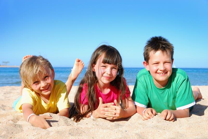 De jonge geitjes van het strand royalty-vrije stock fotografie