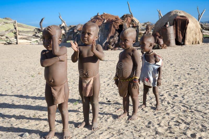 De jonge geitjes van Himba in Namibië stock fotografie