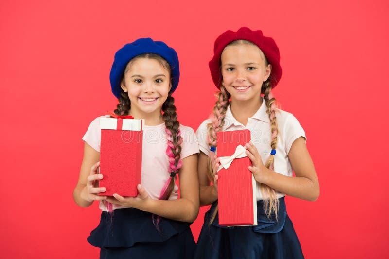 De jonge geitjesmeisjes houden de dozen van verjaardagsgiften De dromen komen Waar Gelukkige kinderjaren Het winkelen concept Kin royalty-vrije stock fotografie