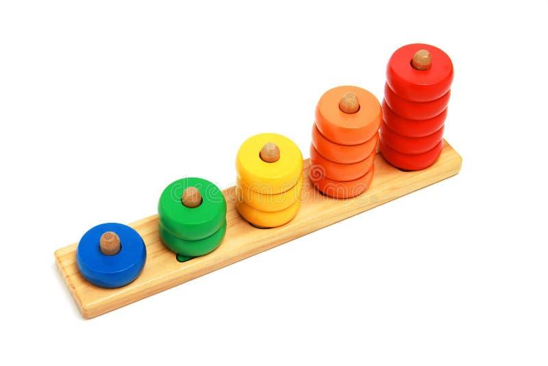 De jonge geitjesstuk speelgoed van Clorfull houten pyramidion stock afbeelding