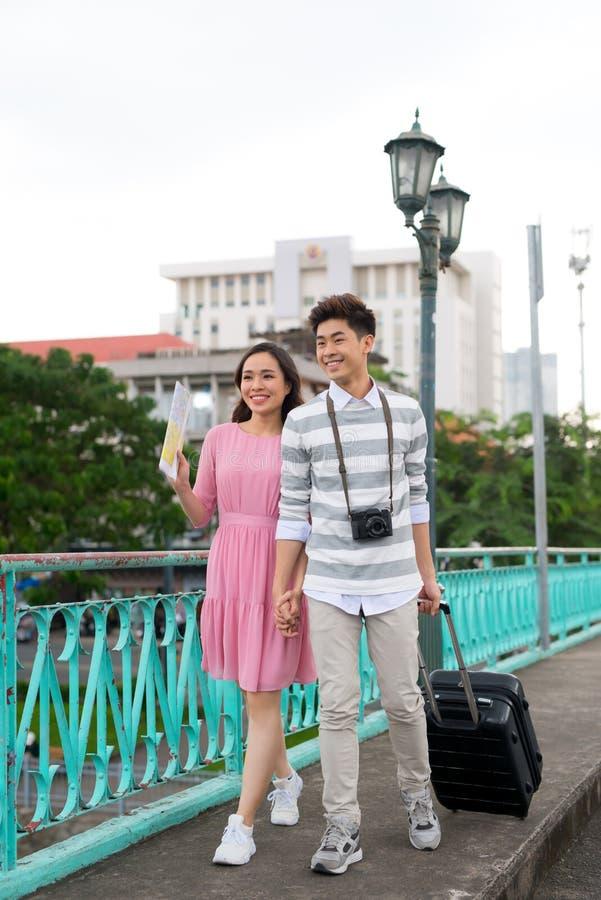 De jonge gelukkige Aziatische paartoerist geniet van op de zomervakantie die in Saigon, Vietnam reizen royalty-vrije stock fotografie