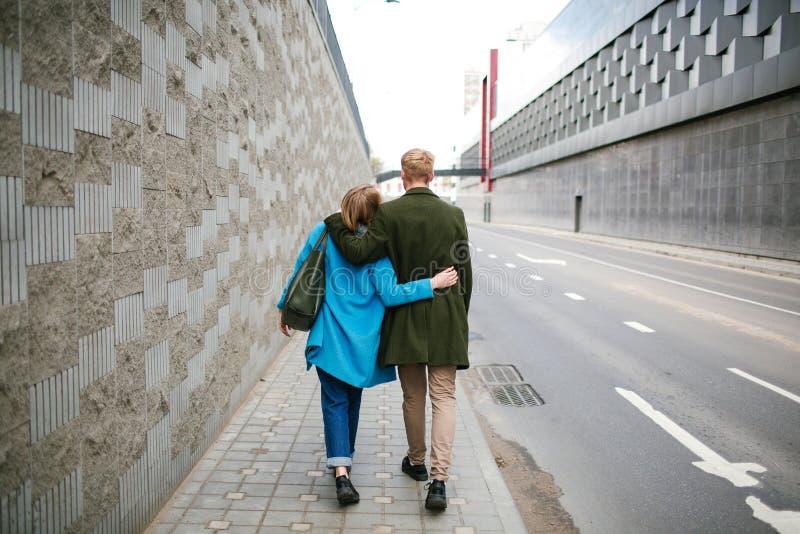 De jonge gelukkige de straatholding van de paar lopende stad dient liefde in royalty-vrije stock afbeelding
