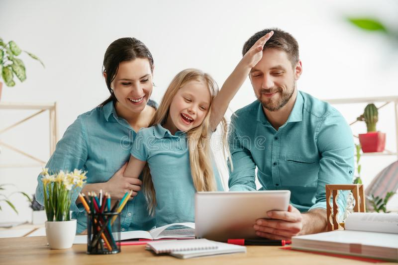 De jonge gelukkige familie brengt samen tijd door Een dag met gehouden van degenen thuis royalty-vrije stock afbeelding