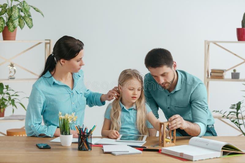 De jonge gelukkige familie brengt samen tijd door Een dag met gehouden van degenen thuis royalty-vrije stock fotografie