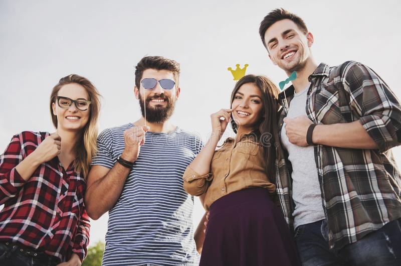De jonge Gelukkige Mensen hebben in openlucht Pret in de Herfst royalty-vrije stock afbeelding