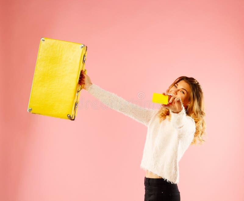 De jonge gelukkige vrouw die lege creditcard in één hand houden en schreeuwt stock foto's