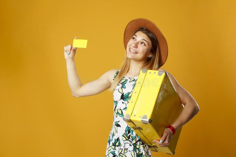 De jonge gelukkige vrouw die lege creditcard in één hand houden en schreeuwt royalty-vrije stock afbeelding