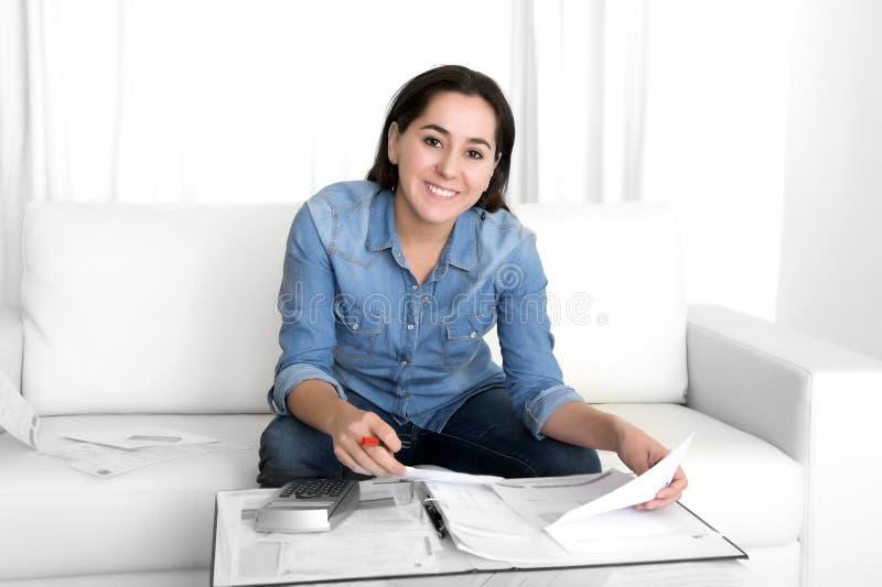 De jonge gelukkige vrouw gaat liggen thuis boekhoudingsbank en handelspapieren royalty-vrije stock fotografie