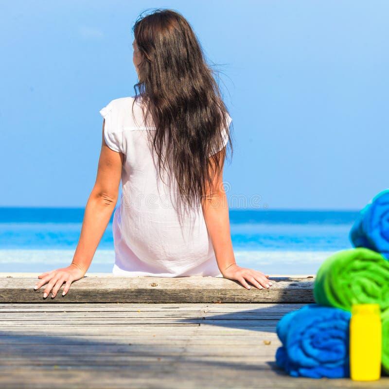 De jonge gelukkige vrouw geniet de zomer van vakantie op strand stock foto's