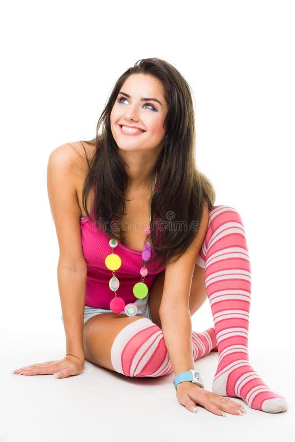 De jonge gelukkige vrouwen wijd glimlach kijkt omhoog dragend speld stock foto's