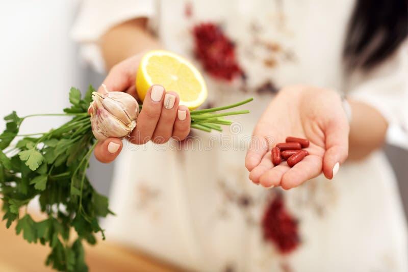 De de jonge geneeskunde van de vrouwenholding en peterselie van het citroenknoflook stock afbeelding