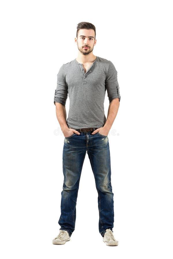 De jonge geschikte bevindende mens met dient zak in royalty-vrije stock afbeeldingen