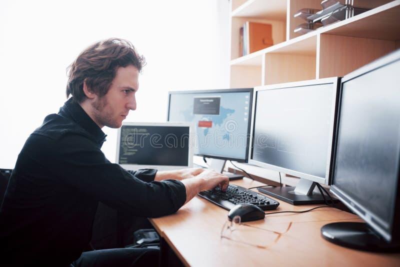 De jonge gevaarlijke hakker splitst de overheidsdiensten door gevoelige gegevens te downloaden en virussen op te activeren een me royalty-vrije stock fotografie
