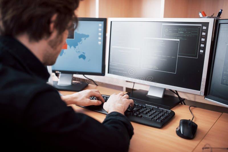 De jonge gevaarlijke hakker splitst de overheidsdiensten door gevoelige gegevens te downloaden en virussen op te activeren een me royalty-vrije stock afbeelding