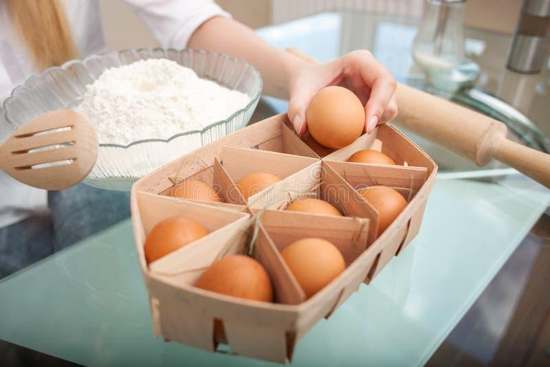 De jonge gezonde huisvrouw bereidt voedsel in voor royalty-vrije stock afbeeldingen
