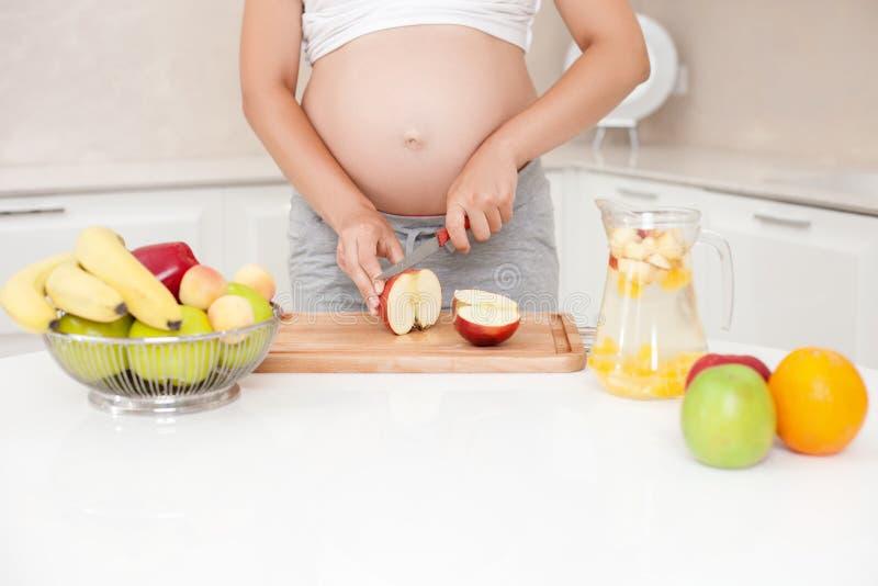 De jonge gezonde zwangere vrouw doet limonade stock foto's