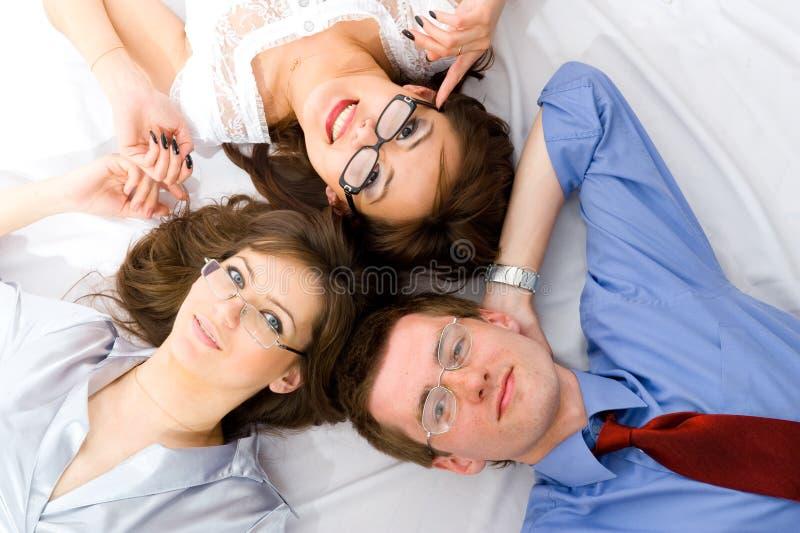 De jonge groep glimlachende bedrijfsmensen stock fotografie