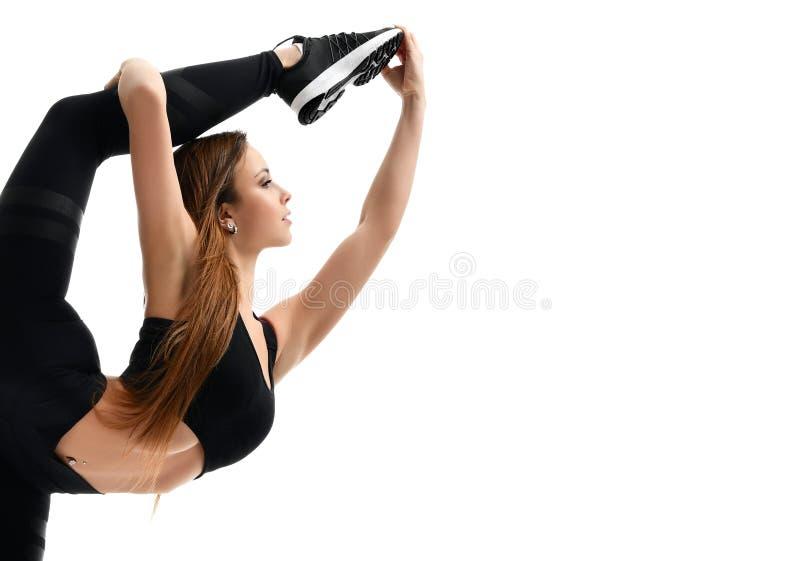 De jonge gymnastiek die van de sportvrouw uitrekkende die fitness oefeningstraining doen op een wit wordt geïsoleerd stock foto's