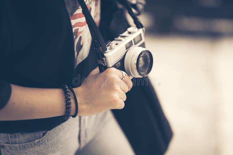 De jonge hand die van de hipstervrouw retro cameraclose-up houden royalty-vrije stock foto's