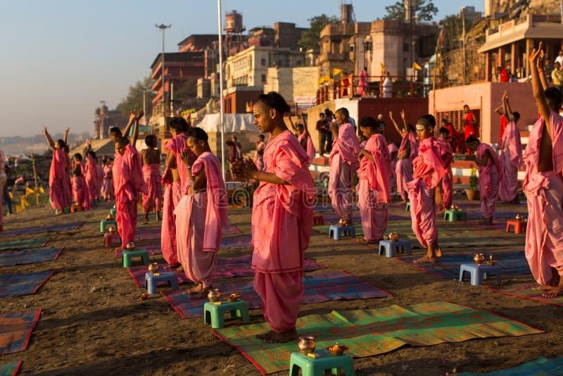 Download De Jonge Hindoese Monniken Leiden Een Ceremonie Om De Dageraad Op De Banken Van De Ganges Te Ontmoeten Redactionele Stock Afbeelding - Afbeelding bestaande uit india, kaars: 114225054