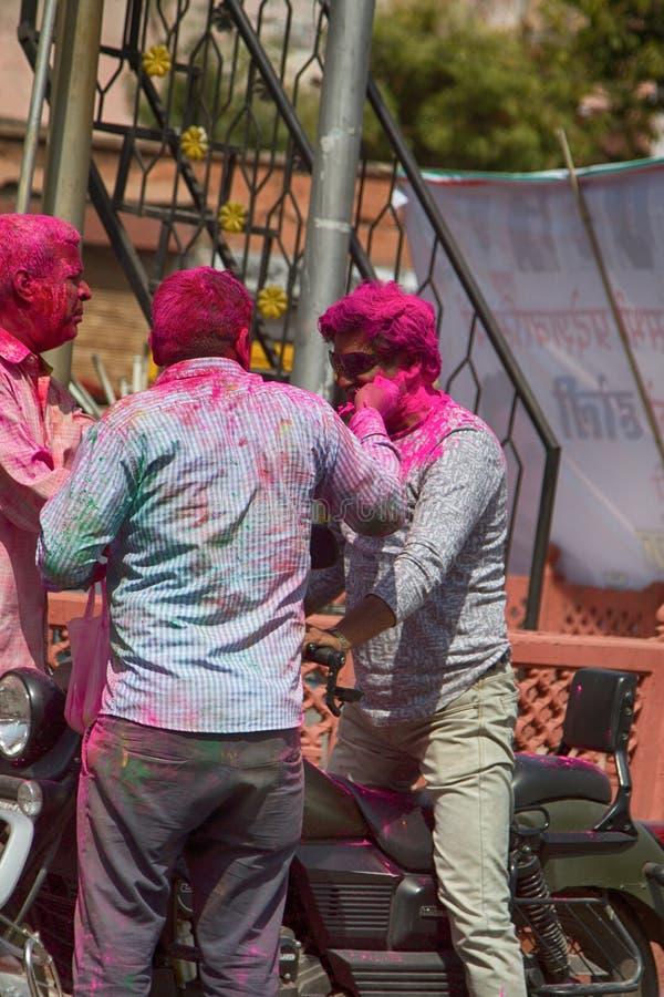 De jonge Indische kerels vinden speciaal genoegen in vakantie van Holi royalty-vrije stock afbeeldingen