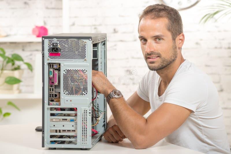 De jonge ingenieur herstelde een computer stock afbeeldingen