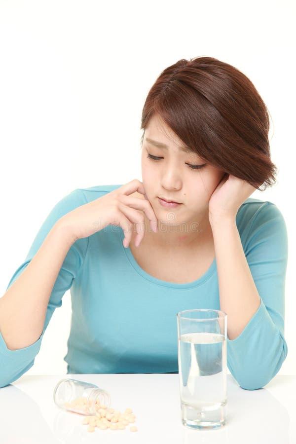 De jonge Japanse vrouw lijdt aan melancholie stock afbeeldingen