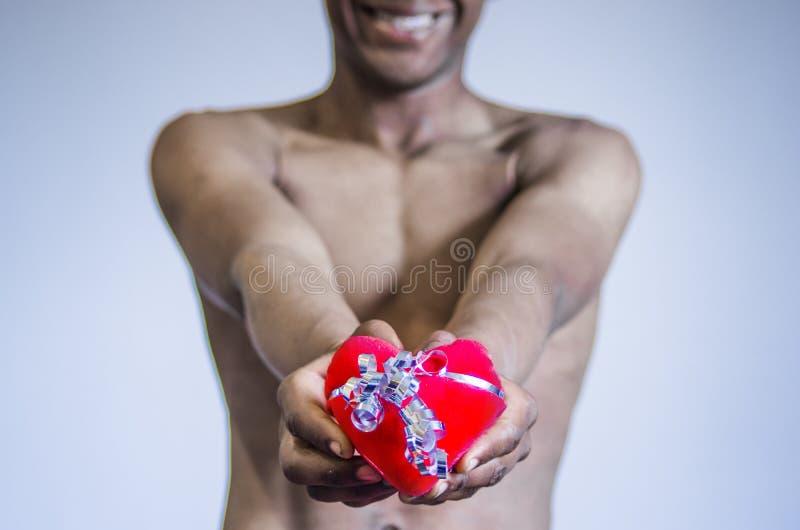 De jonge jongen geeft zijn hart als gift royalty-vrije stock foto's