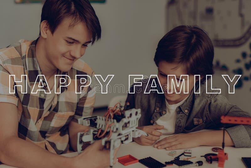 De jonge Jongen van Guy Is Constructing Robot With een weinig stock fotografie
