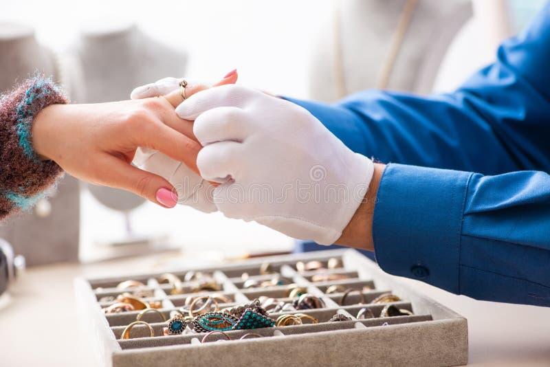 De jonge juwelier die in zijn workshop werken stock afbeelding