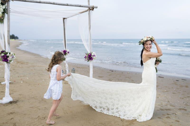 De jonge Kaukasische dag van het paar` s huwelijk royalty-vrije stock afbeelding