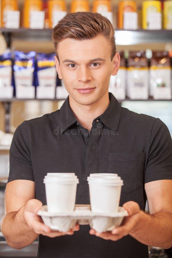 De jonge knappe koffie van de baristaholding. royalty-vrije stock afbeelding