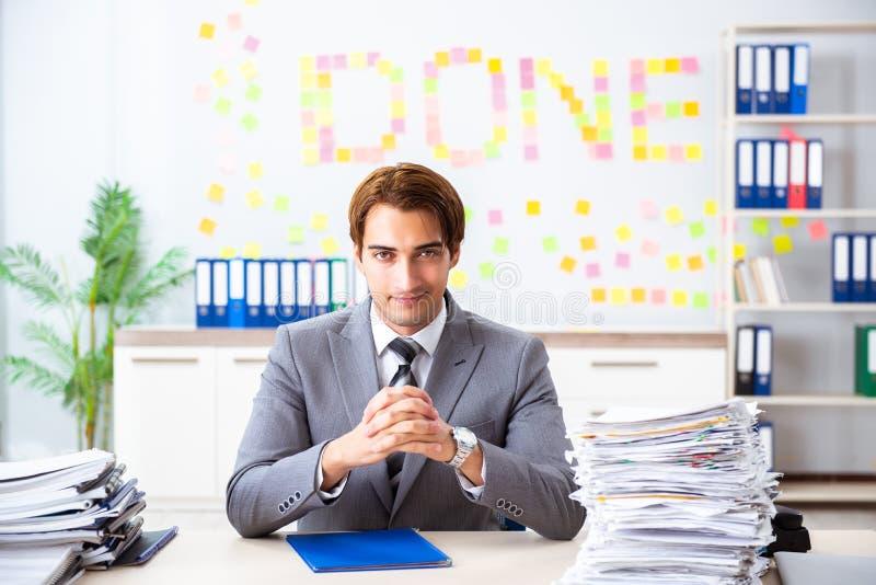 De jonge knappe werknemerszitting op het kantoor royalty-vrije stock fotografie