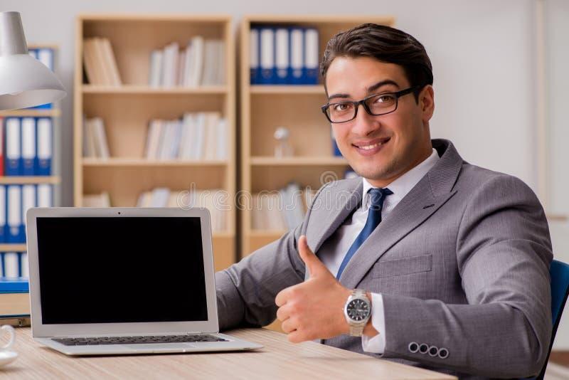 De jonge knappe zakenman die aan bureau werken royalty-vrije stock fotografie