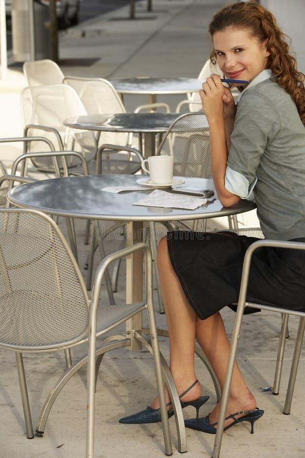 De jonge Koffie van Onderneemstersitting at outdoor stock fotografie
