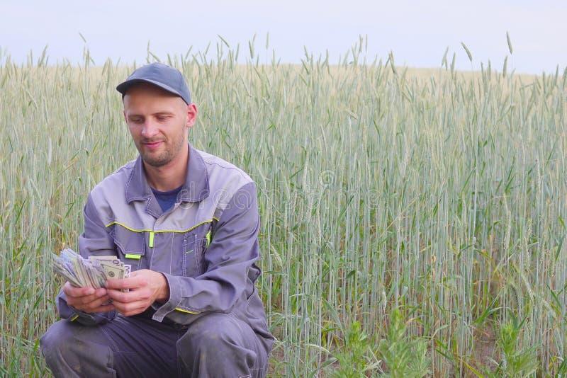 De jonge landbouwer heeft heel wat geld Het concept succes van zaken in landbouw royalty-vrije stock fotografie